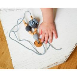 Collier d'allaitement et de portage - colori gris, fleur grise et bouton en bois